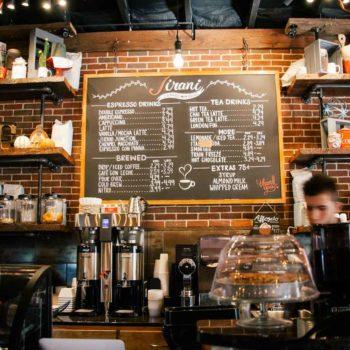 société commerciale, représentant un comptoir de bar avec tarifs et machine à café